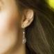 Boucles d'oreilles pendantes falbala - perles de culture blanches, estampes bronze ajourées et dormeuses
