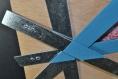 Cadre photo, cadre décoratif, contemporain et original, planche en bois décoré avec des lames métalliques, planche et lames peintes à la main, décoration murale