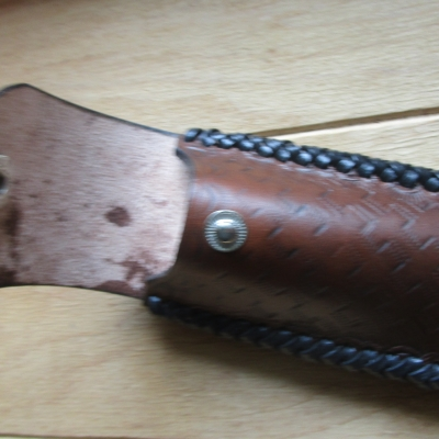 Etui à couteau en cuir, tressé en noir de couleur marron