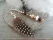 Boucles d'oreilles pendantes plume et perles désassorties