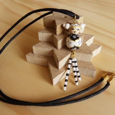 Yukito (enfant de la neige) - collier poupée kokeshi noire et blanche