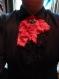Jabot gothique en dentelles noir et rose avec pendentif en coeur