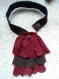 Jabot en dentelles marron/rouge et pendentif pièce