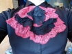 Jabot en dentelles noir et rose brillant