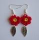Boucles d'oreille fleur rouge au crochet.