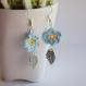 Boucles d'oreille fleur bleu clair au crochet.