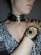 Collier plastron, corset de cou soie imprimée noire.