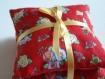 3 coussins de lavandes rouge a fleurs attaches par un ruban satine jaune