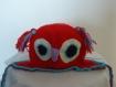 Bonnet hibou rouge avec bordure bleu au crochet entièrement fait main fermeture sous le cou