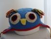 Bonnet hibou bleu avec bordure rouge au crochet entièrement fait main fermeture sous le cou