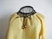 Blouse manches longues en coton plumetis jaune à encolure réglable .