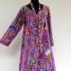 Longue robe d'intérieur, robe d'hotesse ample en coton léger motif paisley violet et multicolore