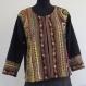 Veste noire coton et viscose mélangés à dessins traditionnels rebrodée au fil de laine
