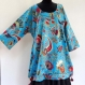 Tunique femme mi longue, en coton bleu lumineux imprimé à fleurs fleurs paisley et grand chale assorti