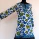 Longue tunique kurta blanche imprimée block print à motifs fleurs vert et bleu