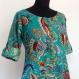 Longue robe tunique vert émeraude , manches 3/4, col rond, boutonnée sur le devant , évasée dans le bas