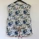 Gilet sans manches , blanc et bleu imprimé motif orchidée, en coton gaudri.