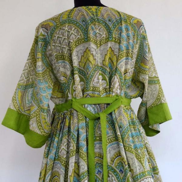 7b3ad935210 Longue robe d intérieur kaftan ample en coton léger motif arcades vert et  multicolore
