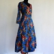 Robe longue cache coeur en coton léger bleu imprimé fleurs rouges et multicolores