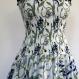 Robe bustier en coton blanc , motifs fleurs dalhias bleus, top smocké , jupe 45 pans