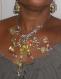 Collier baroque multicolore avec fermoir au milieu du cou.