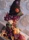 Gravity de fruit qui tombe de la corne d'abondance dans un plateau de bois peut servir de centre de table pour un mariage