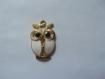 Une breloque pendentif hibou en métal doré