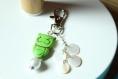 Bijou de sac porte clés hibou vert et sequins en nacre naturelle