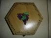Coffret bois hexagonal avec motif en plâtre; thème la vigne