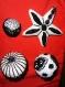 Boules et étoile de noël insolites noires et blanches de type baroque