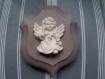 Ange en plâtre sur plaque en bois