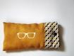 Etui à lunette suédine moutarde et tissu coton motifs géométriques