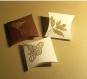 Assortiment de 6 petites boîtes cadeau, papier cartonné, couleur ivoire , marron, or