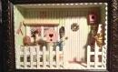 """Vitrine miniature : """"entrée de petite maison verte et rose"""""""