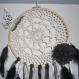 Attrape-rêves réalisé à partir d'une moitié de tambour à broder, l'intérieur est crocheté avec un fil de coton cablé écru.