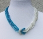 Collier bleu et blanc en perles de rocailles