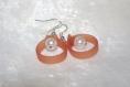 Boucles d'oreilles pendantes pvc orange et perle blanche