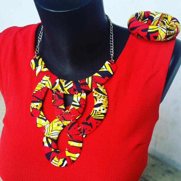 e4618c8613dae Collier en tissu wax(pagne africain) couleur rouge   collier-et ...