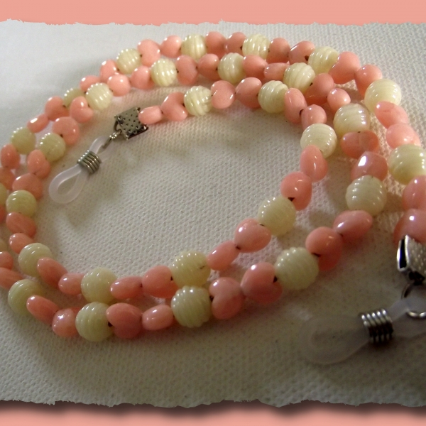 Cordon à lunettes pour fille avec coeurs roses et perles blanches ... 4d3e6361f6fd