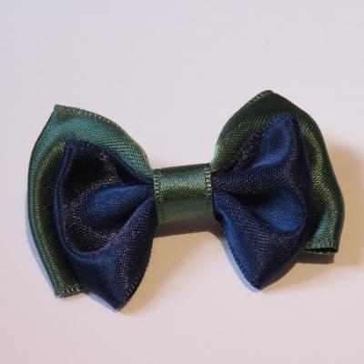 f262f60d09eb4 Broche avec petit noeud papillon ruban satin vert sapin et bleu marine