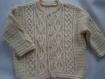 Gilet garçon beige avec une jolie maille fantaisie en taille 2 ans tricoté main