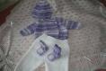 Ensemble naissance, au tricot, brassière croisée, bonnet, pantalon et chaussons blanc et parme