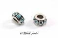 Perle charm style pandora, en métal avec petites fleurs, et strass bleu clair transparent - m83