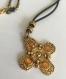 Collier cordon noir et son pendentif croix en métal doré vielli