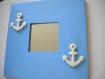 Miroir en bois peint en bleu ciel et ses ancres en feutrine blanche