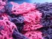 Originale écharpe , col au point filet de pêche en laine rayée mauve et rose neuve.