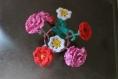 Bouquet de fleurs au crochet dans un petit seau rose