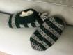 Chaussons laine 28/30, tricotés main. anti dérapant. vert foncé et gris. pompon .