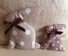 ** joli duo lapins ** coton à pois .lavande