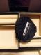 Jolie broche en laine noire rehaussée de fils brillants dorés et argentés